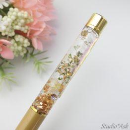 当店でプレゼントとして大人気!レジンバージョンのハーバリウムボールペンです。散りばめられたキラキラで透明感も出て、手元が明るくなります。