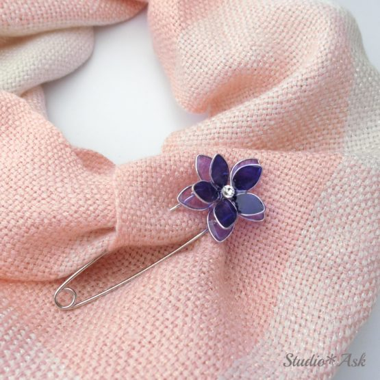 パープルのお花が咲き誇る、シンプルブローチです。大きく開く安全ピンタイプですので、とても使いやすいです。普段はバッグにつけておいて、風が強い時などにスカーフやストールを留めるのに便利です♪