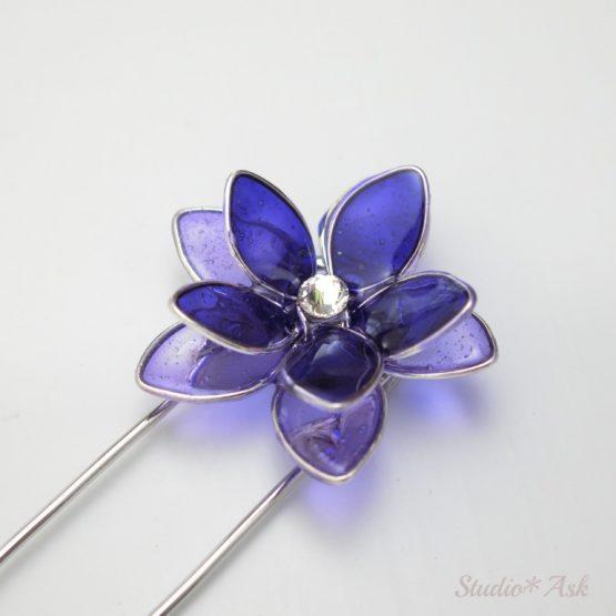 二色の紫のレジンとスワロフスキーが輝きます。