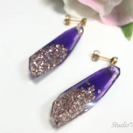 透き通る紫と、ピンクゴールドのビジューフレークが耳元で輝きます。シックな服装に耳元のキラキラピアスも素敵です!