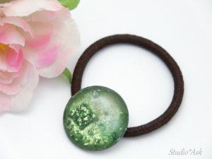 高知県で購入したグリーンの土佐和紙と同系のグリーンのビジューフレークをレジンで加工してキラキラだけどおとなしい、癒しのヘアゴムを作りました。見ているだけで癒されます!自分では見えませんが、他のかたを癒しますよ♪プレゼントにもいかがでしょうか。