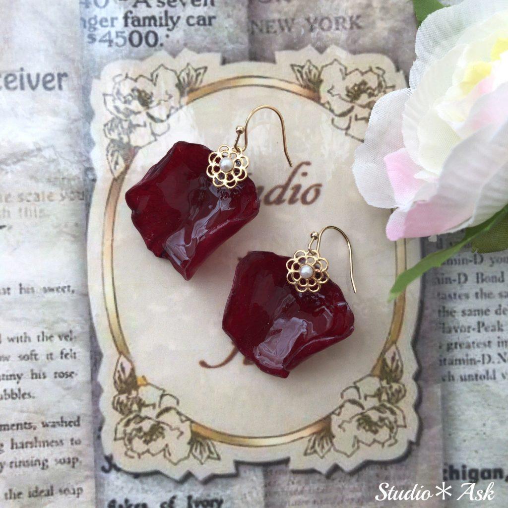 バラのペタル(花びら)、お嬢様バージョンのピアスです。シンプルに樹脂パールが光ります。自然な花びらをお楽しみください。