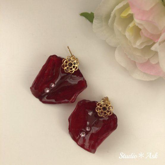 バラのペタル(花びら)をレジンで加工して作製した、お姉さまバージョンのピアスです。二つのスワロフスキーがキラキラ輝きます。自然な花びらをお楽しみください。