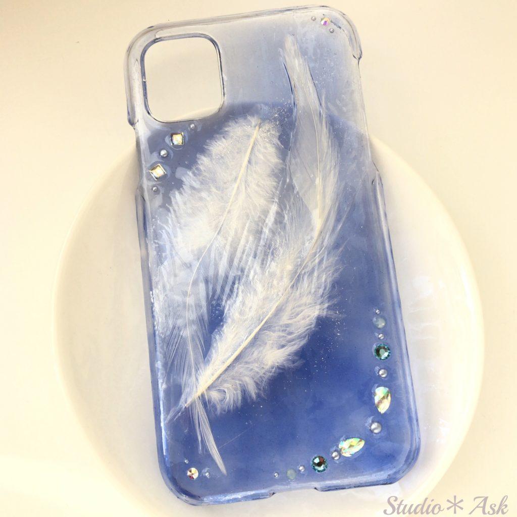 他店には無い、「ふわふわの羽」を封じ込めたスマホケース!2枚の羽が空に舞うスマホケースです