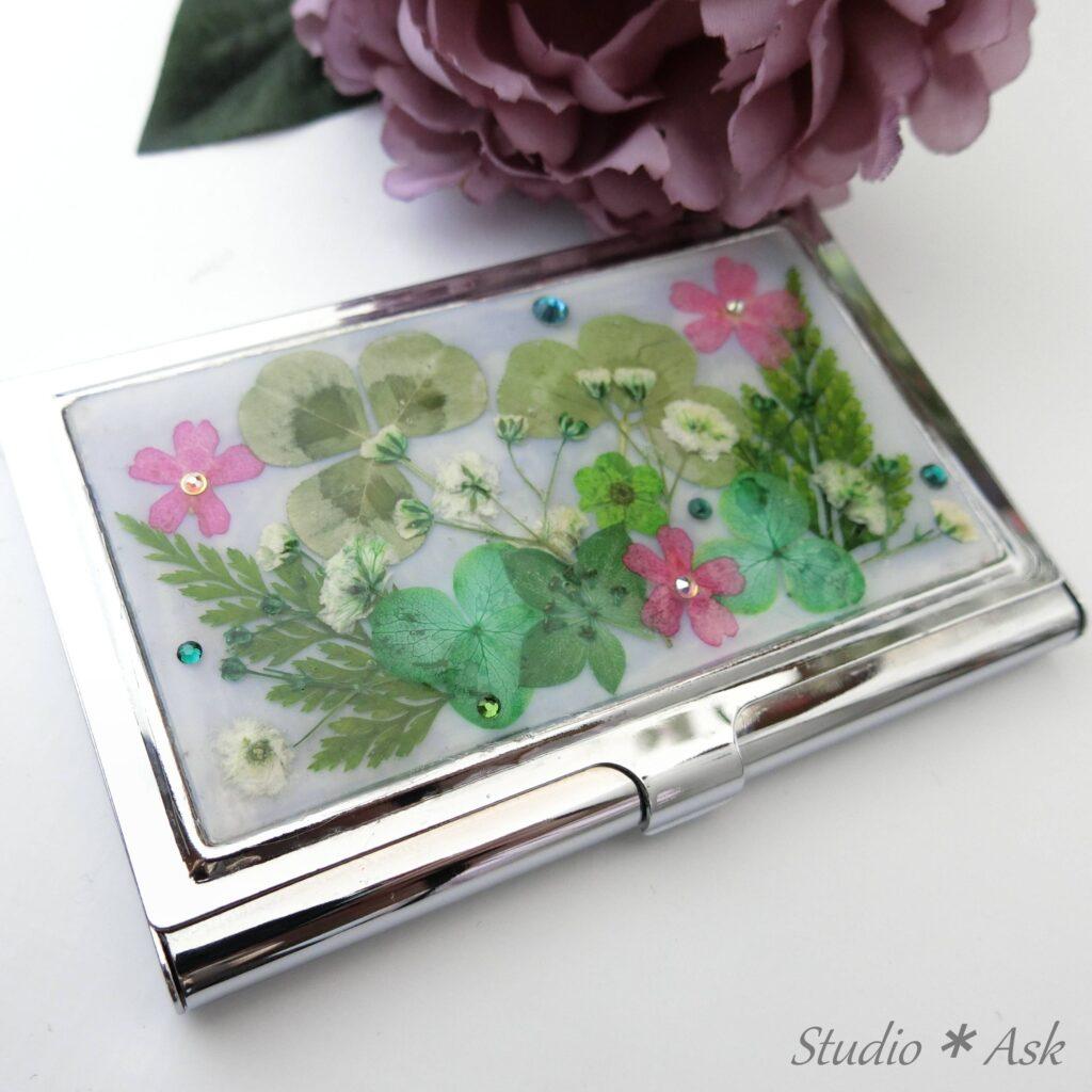 名刺入れレッスン お花とストーンを散らして配置。華やかな名刺入れを作りましょう。