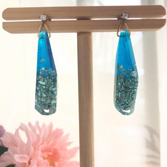 透き通る青と、エメラルドのビジューフレークが耳元で輝きます。シックな服装に耳元のキラキラピアスも素敵です。