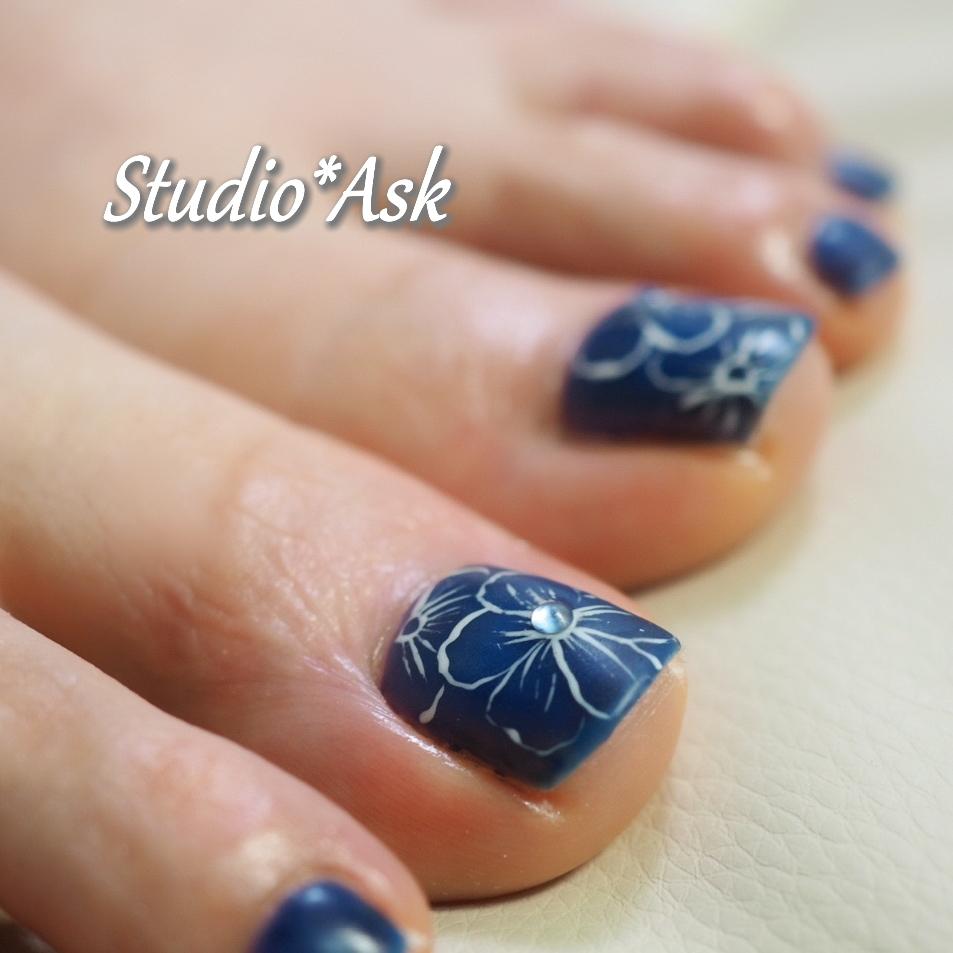 マットなブルーのフットネイル ハイビスカスを描いてもらいました!